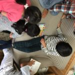 SHICHIDA栗東教室 ゾロリを見る子ども